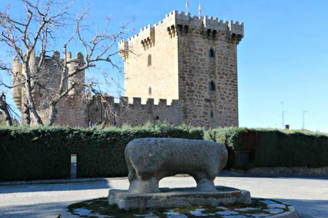 Castillo de Villaviciosa y verraco extraído del Castro de Ulaca - Destino Castilla y León