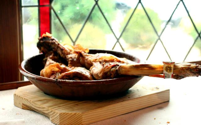 Cuarto de lechazo asado como plato principal - Destino castilla y León