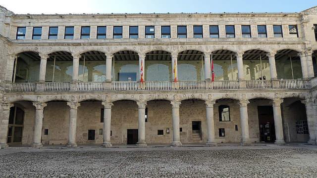 Patio interior renacentista del Castillo de Cuéllar - Imagen de Borja Animal