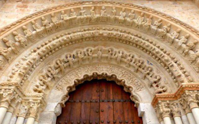 Puerta norte de la Colegiata de Toro, con sus preciosas arquivoltas románicas - Destino Castilla y León
