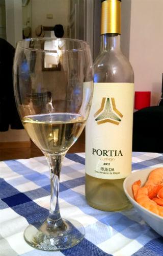Botella y copa del verdejo Portia 2017 - Destino Castilla y León