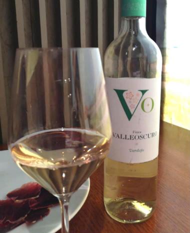 Copa de vino y botella del Verdejo Valleoscutro de Bodega Otero - Destino Castilla y León