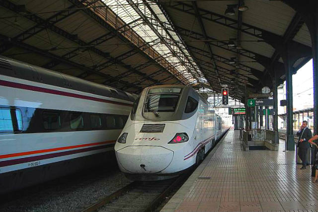 Tren Alvia llegando a la Estación de Valladolid - Imagen de Wikipedia