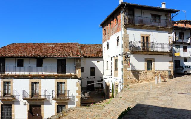 Arquitectura popular de Candelario adaptándose a la pendiente de la montaña - Destino Castilla y León