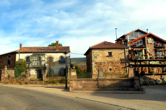 Calles de Brañosera, con la típica piedra de color rojizo - Imagen de Sendero histórico GR1