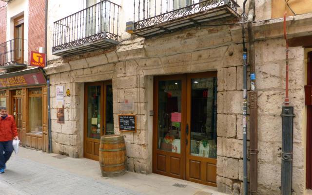 Fachada exterior de Bodega Muelas, junto a la plaza mayor de Tordesillas - Destino Castilla y León