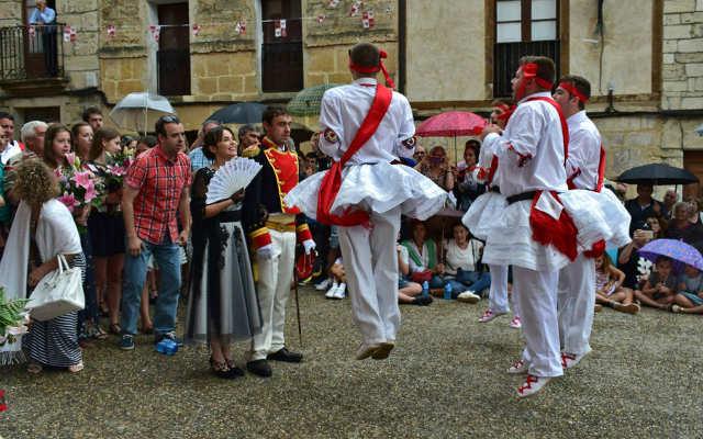 Danzantes acompañando al Capitan - Imagen de Turismo Ciudad de Frías