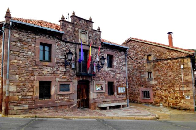 Fachada del Ayuntamiento de Brañosera - Imagen de Periodismo de Viajes