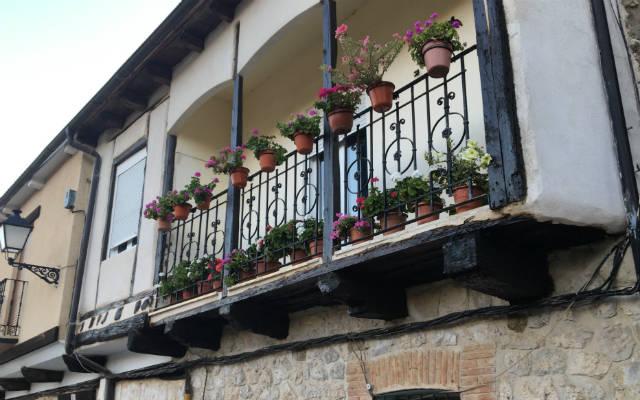 Balcones con geranios en Curiel del Duero - Destino Castilla y León