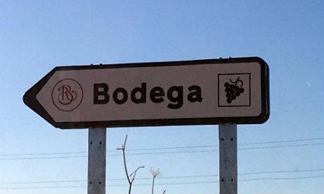Cartel en la carretera hacia la bodega - Destino Castilla y León