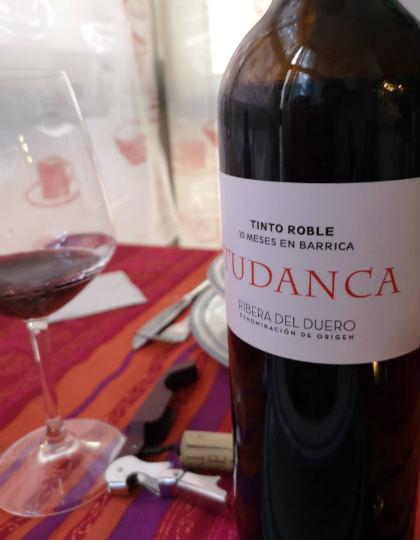 Botella y copa del tinto roble de Tudanca - A Tavola con il Conte