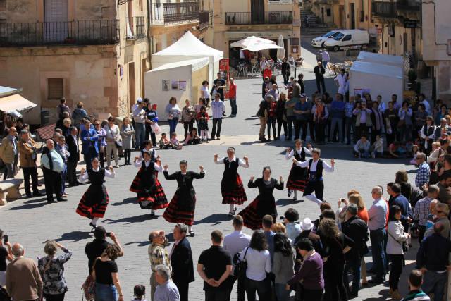 Danzas y coros en la feria