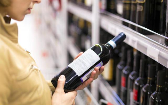Eligiendo vinos - Imagen de El Confidencial