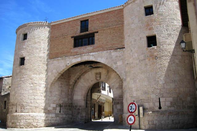 Entrada al recinto amurallado de Lerma, con su carcel vieja - Imagen de Troovel