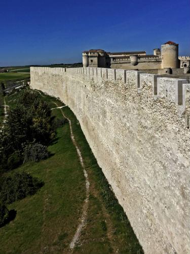 Murallas de Cuéllar y al fondo el Castillo de los Duques de Alburquerque - Imagen de Cardinalia
