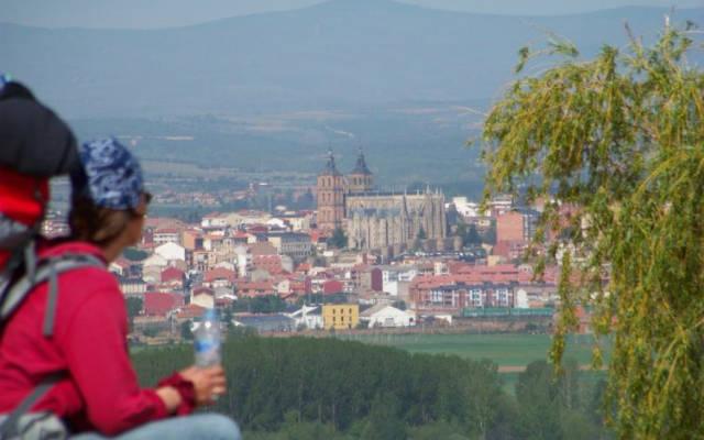 Peregrinos llegando a Astorga - Imagen cortesía de Henrik Scodellaro