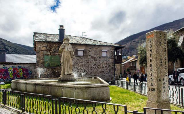 Plaza del Santo Cristo con sus monumentos - Imagen de Turismo Molinaseca