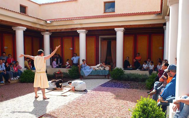 Representaciones en la villa recreada junto al yacimiento