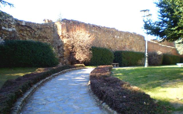 Parque del Cid, con las murallas romanas de León al fondo - Imagen de LeónOcio