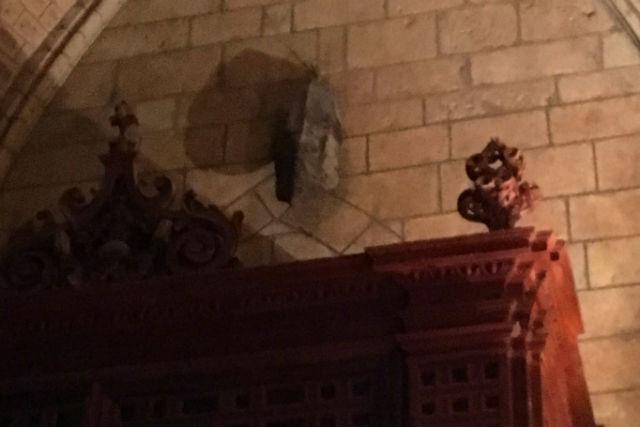 Topo maligno colgado sobre la puerta de la Catedral de León en la puerta del Evangelio