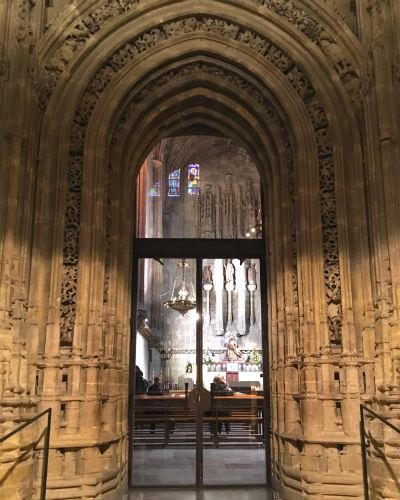 Entrada a la Capilla de Santiago, o de la Virgen del Camino - Destino Castilla y León