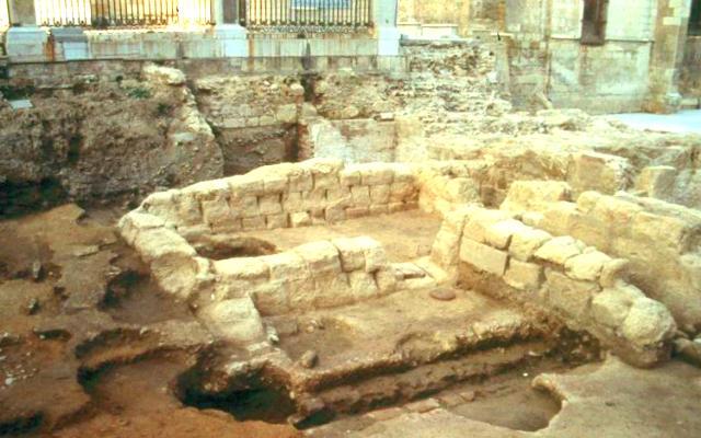 Cimentación de la puerta este de la ciudad romana de León, que se encuentra próxima al ábside de la Catedral - Imagen de Univ. Complutense
