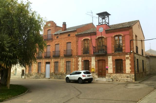 Ayuntamiento de Trigueros del Valle en la Plaza España - Destino Castilla y León