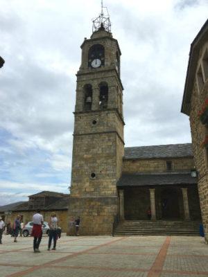 Entrada y torre campanario de la Iglesia de Santa María del Azogue de Puebla de Sanabria - Destino Castilla y León