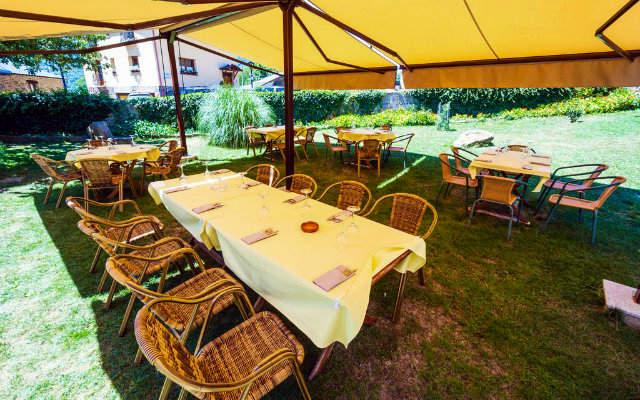 Terraza jardín donde está el comedor al aire libre en el Hotel Rural La Bolera - Imagen del Hotel