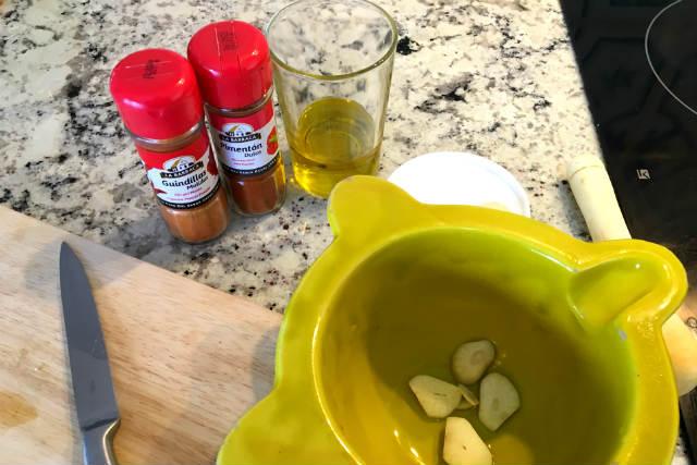 Picamos y machacamos los ajos con sal, pimentón y aceite de oliva - Destino Castilla y León
