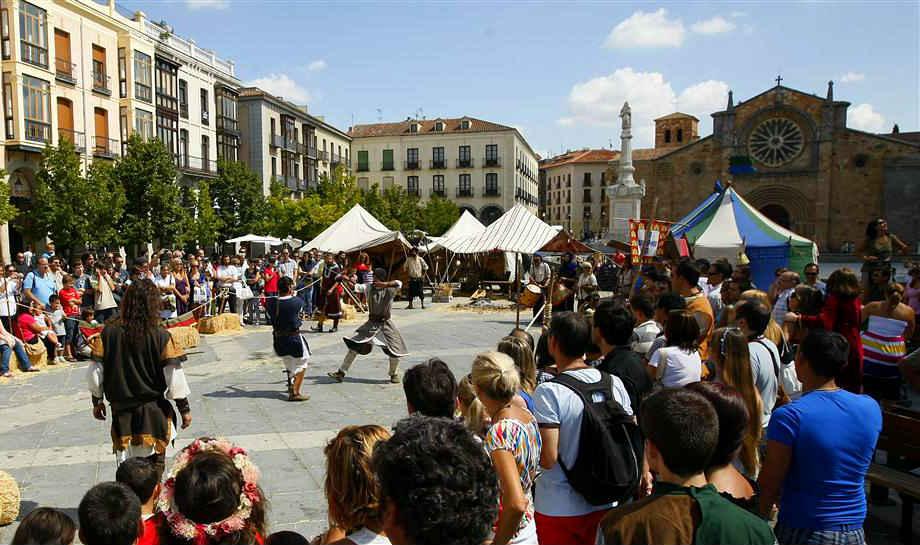 Exhibición en el campamento montado en la Plaza del mercado grande
