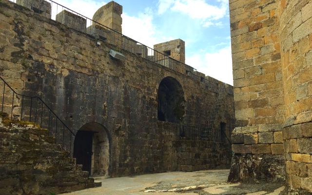 Patio de armas del Castillo de Puebla de Sanabria - Destino Castilla y León