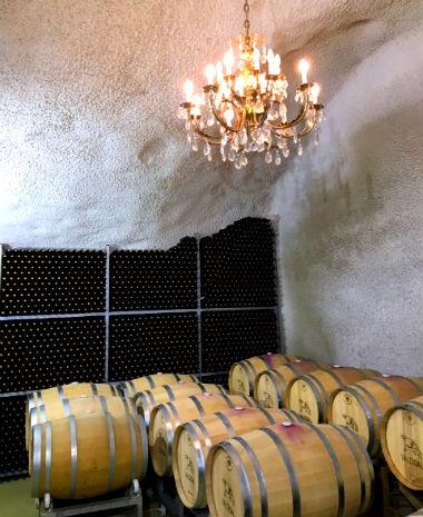Parque de barricas de roble donde reposa el vino de Bodegas Valdigal - Destino Castilla y León