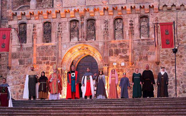 Personajes del Cronicón de Oña esperando a la puerta de la Iglesia - Imagen de El Correo de Burgos