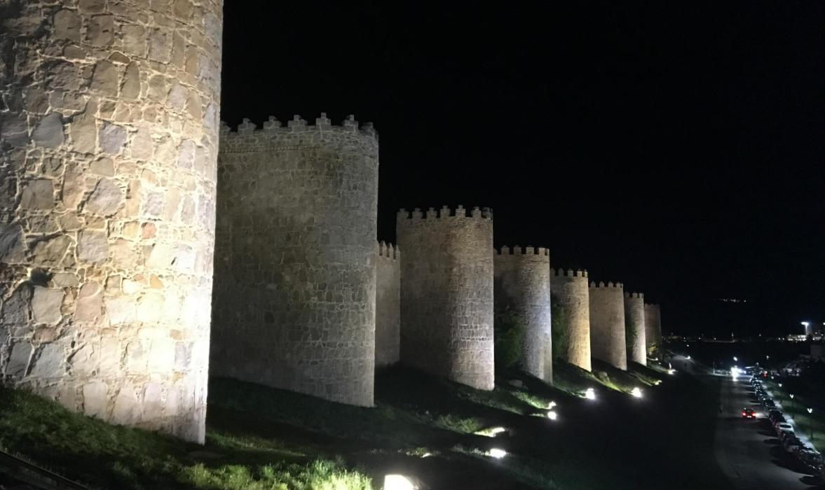 Murallas de Ávila de noche - Destino Castilla y León