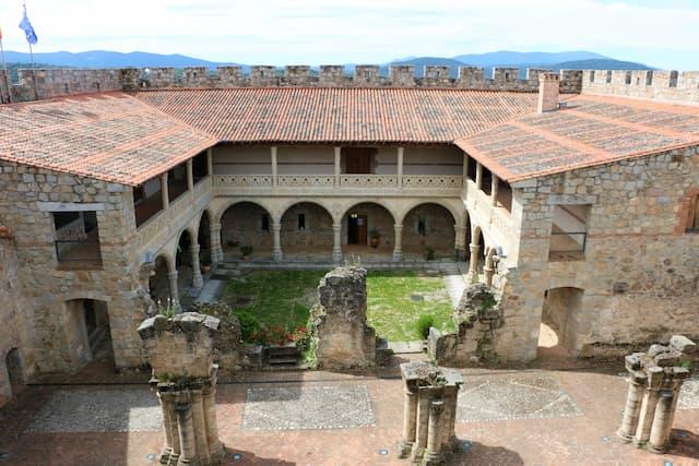Patio renacentista del Castillo de La Adrada reconstruido - Destino Castilla y León