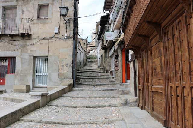 Calle de las Escaleras de La Adrada - Destino Castilla y León