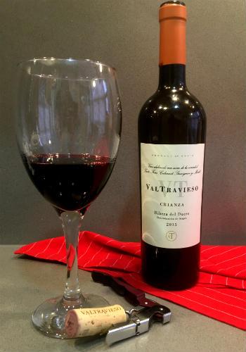 Copa de vino y botella del Valtravieso crianza 2015 - Destino Castilla y León