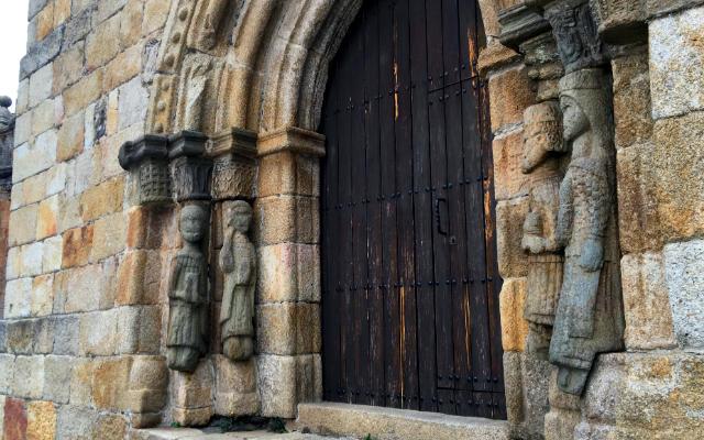 Columnas humanoides en la entrada a los piés de la Iglesia de Santa María del Azogue - Destino Castilla y León