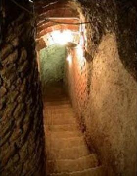 Bajada a las bodegas subterráneas de Bodegas Valdigal - Imagen de la bodega