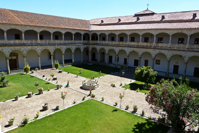 Claustro del Palacio de Juan II - Madrigal de las Altas Torres - Destino Castilla y León