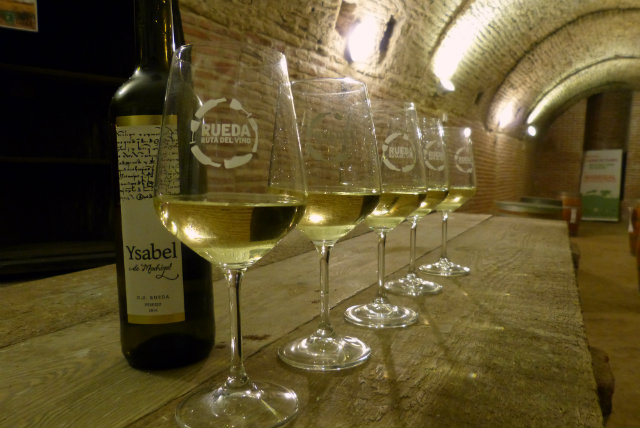 Degustación de vino Ysabel en la Bodega de los Frailes en Madrigal de las Altas Torres - Destino Castilla y León