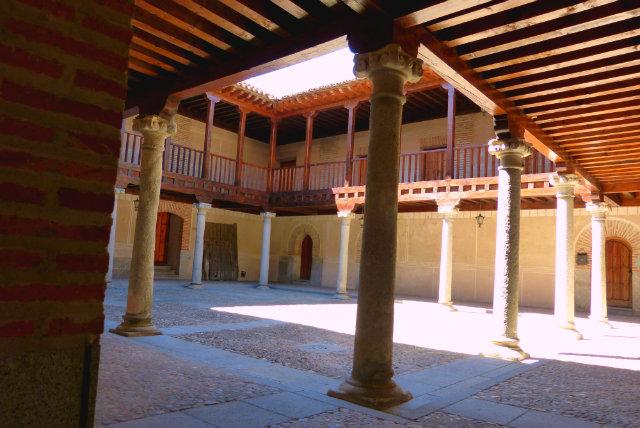 Patio porticado hospital de la Purísima Concepción - Madrigal de las Altas Torres - Destino Castilla y León