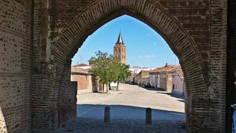 Madrigal de las Altas Torres - Arco de la muralla - Destino Castilla y León