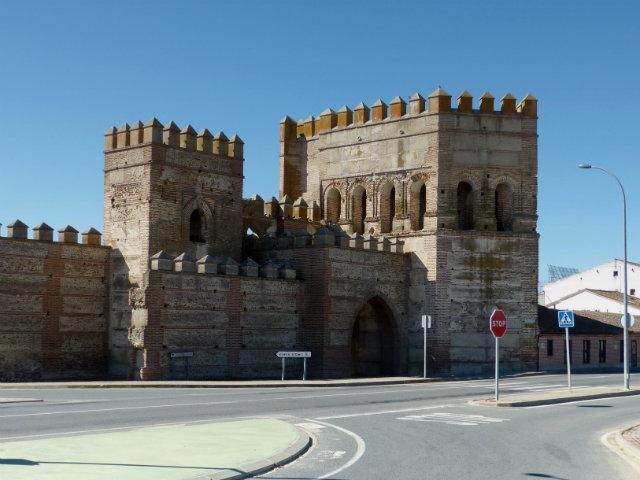 Puerta y muralla de Madrigal de las Altas Torres - Destino Castilla y León