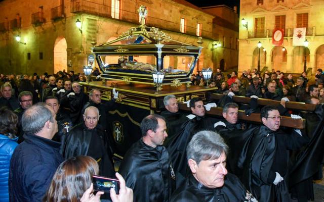Cofradía del Santo Entierro precesionando la imagen - Imagen de SoriaNoticias