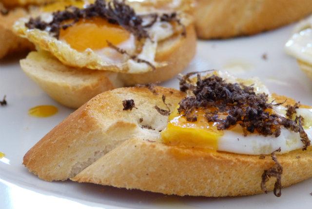 Huevo de codorniz con trufa - Destino Castilla y León