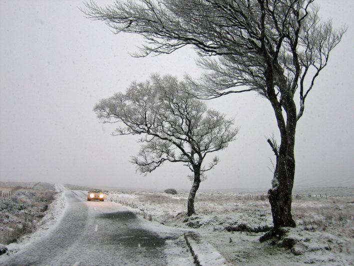 coche en paisaje nevado fuente: Pixabay.com