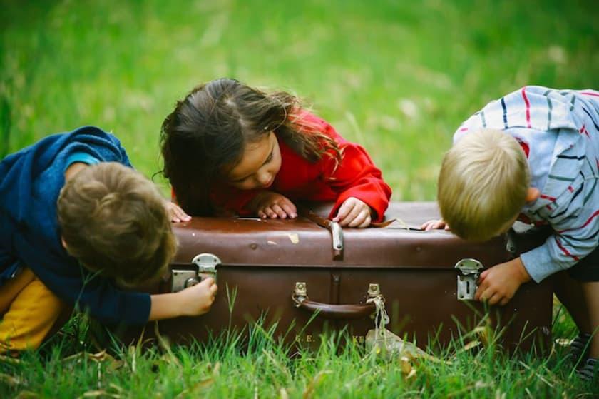 Niños jugando con maleta. Fuente: Flickr. Autor: Katsuhito-Nojiri
