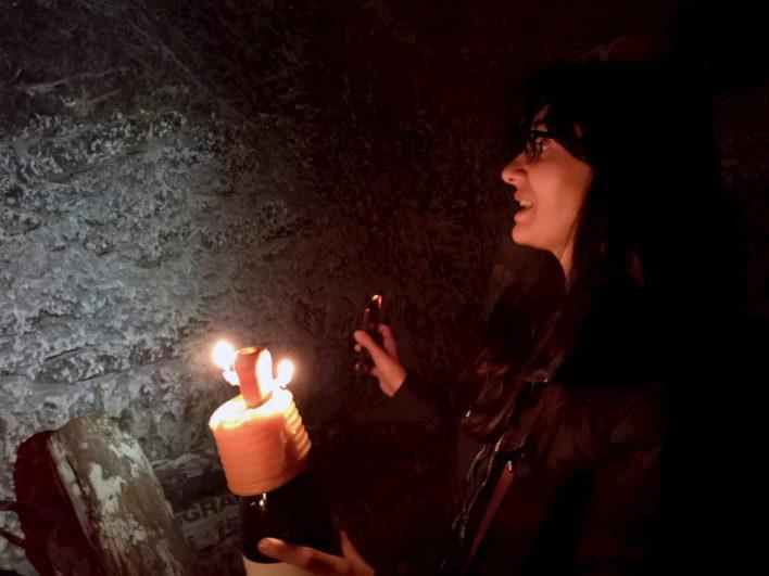 Visita a la bodega suberránea con la iluminación de una vela